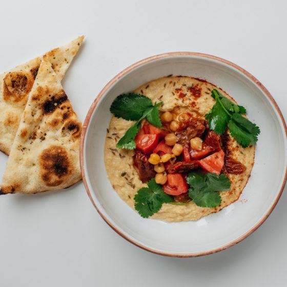 Хумус и томаты
